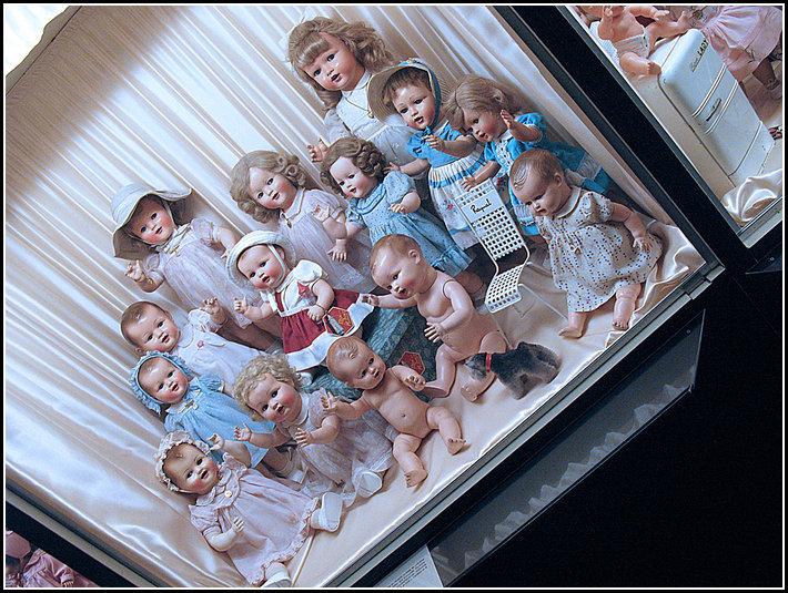 http://www.froggydelight.com/galerie/photos/2010-11-09-Baby_Boom_Poupees_francaises_1949_1959-Musee_de_la_Poupee_(Paris)/Baby-Boom-02.jpg